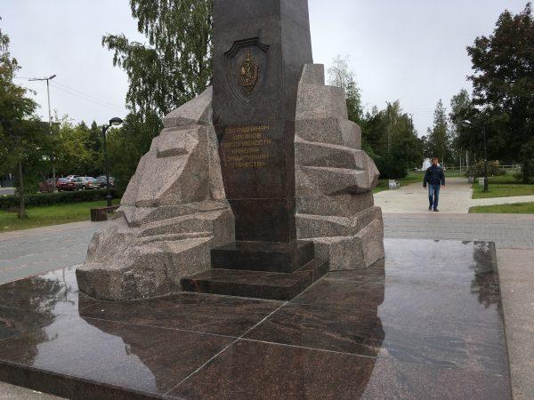 Монумент из разных видов карельского гранита